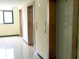 古铜做旧风格的电梯门套装饰效果图