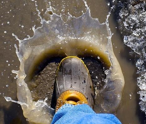 为什么建筑工人要穿橡胶底的鞋子